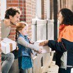 Retourpakketten meegeven aan de PostNL-bezorger